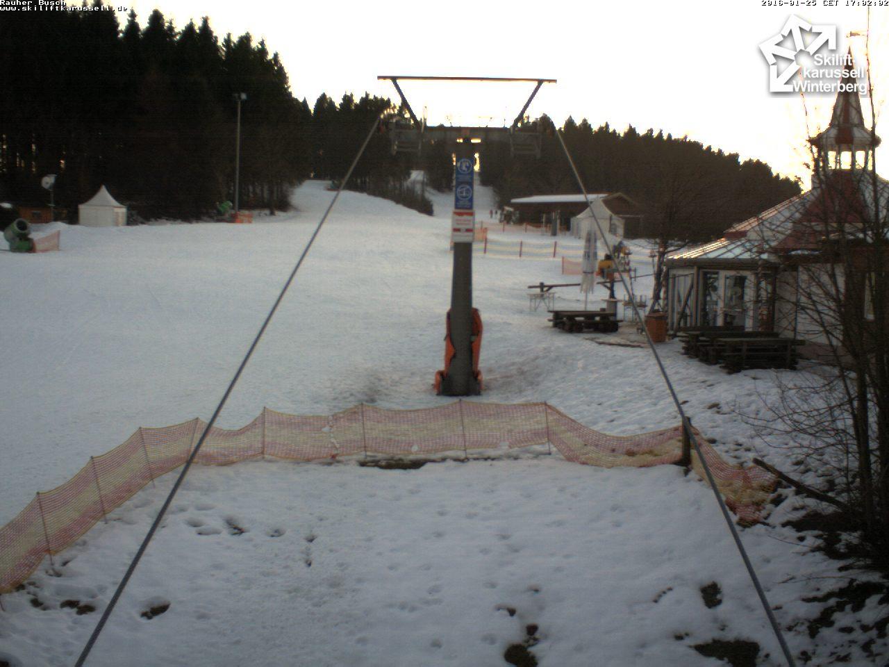 De hellingen in Winterberg hadden het maandag al zwaar. Op de piste ligt nog voldoende sneeuw, maar daarbuiten begon de sneeuw al te smelten. Bron: Skiliftkarussel.