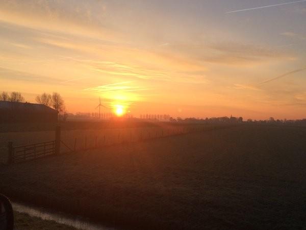 De zon kwam gisteren weer fraai op bij temperaturen onder het vriespunt. Deze foto is van Esther van der Plaat.