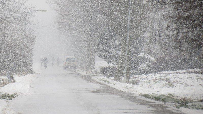 Flinke sneeuwbuien ook bij Jannes Wiersema in het Groningse Roodeschool.