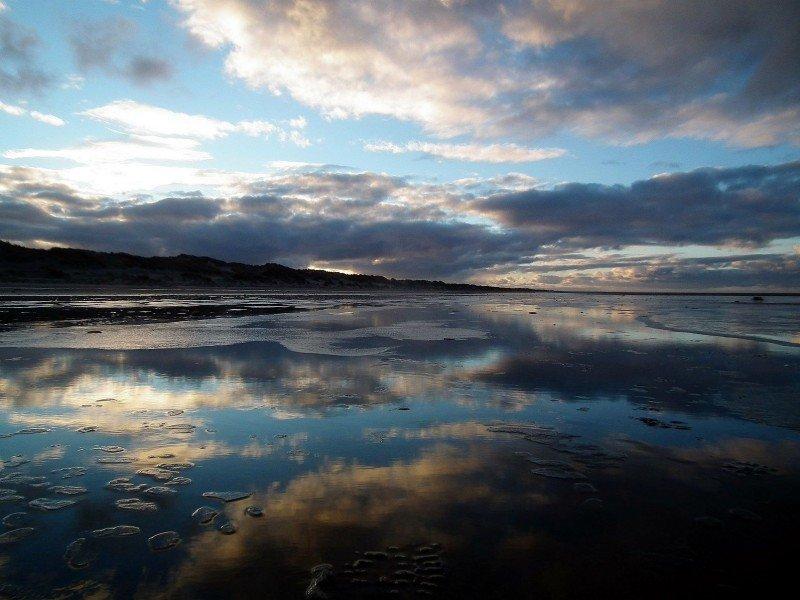 Gisteren kwam de temperatuur op de Wadden met +5 al ruimschoots boven het vriespunt uit. Het water kwam dan ook op het dunne laagje ijs. Foto is van Theo Kiewiet via weerwoord.be.
