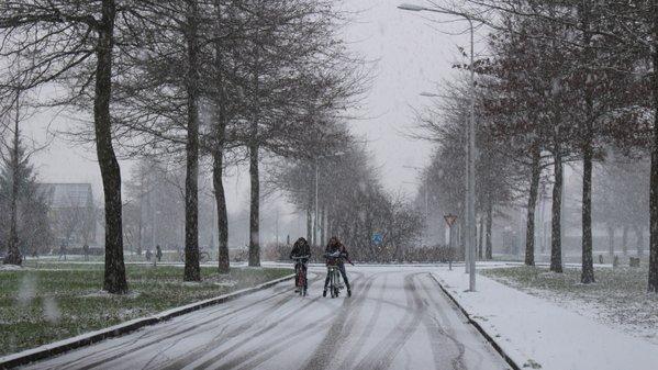 In het noorden en noordoosten viel de neerslag gisteren als sneeuw. Foto: Martin Vye.