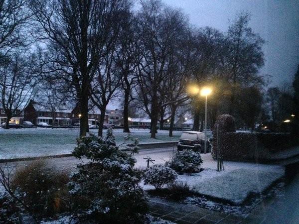 Deze foto is van Truus Wijnen en gemaakt in Nijverdal. Ook daar een laagje sneeuw.