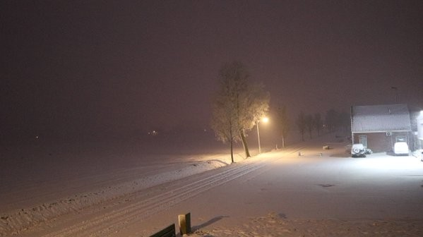 Flinke sneeuwval vanochtend vroeg in het Groningse Roodeschool. Foto: Jannes Wiersema