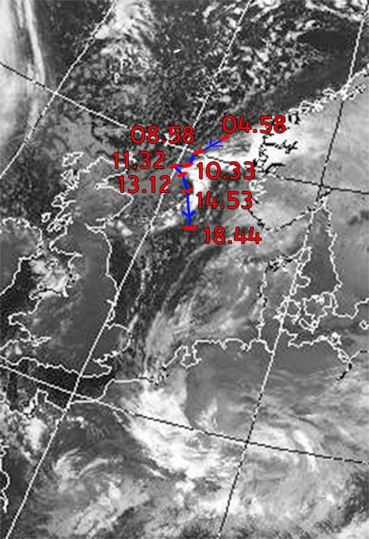 Beeld van boven van Europa met de storing tussen Schotland. De lijn geeft de koers van de storing aan. De tijden erbij zijn van vandaag. Met dank aan Mike Budde, student meteorologie aan de Wageningen University.