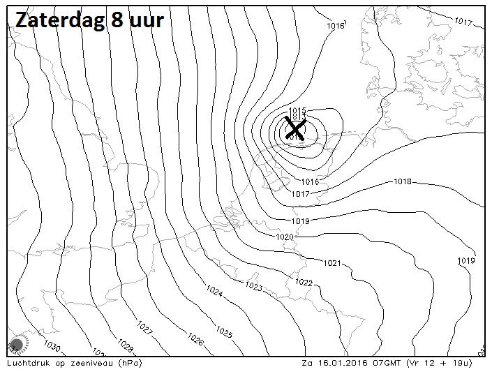 Hirlam luchtdrukverwachting voor morgen 8 uur. Het kruis geeft de locatie van het lagedrukgebied aan.