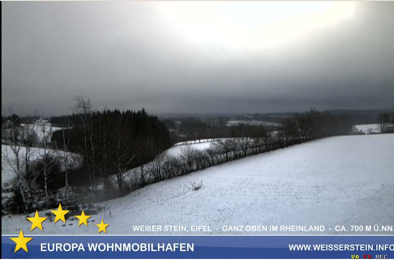 In de Eifel (700 meter) is het ook wit inmiddels. Zie hier webcambeeld via Weiserstein.info
