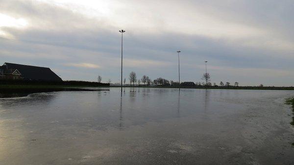 Op de ijsbaan in het noordoosten van het land ligt nog altijd ijs. Foto: Jannes Wiersema.