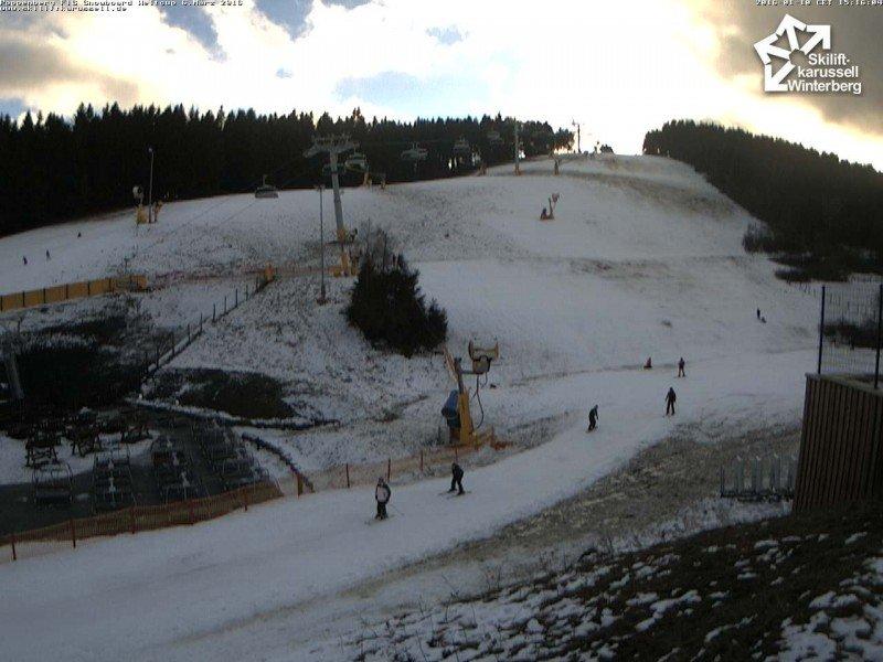 Vandaag kon er op de Poppenberg geskied worden, hetzij wel op een dunne laag sneeuw. Hellingen die meer in de zon liggen hebben al meer sneeuw verloren de afgelopen dagen. Bron: skiliftkarussell