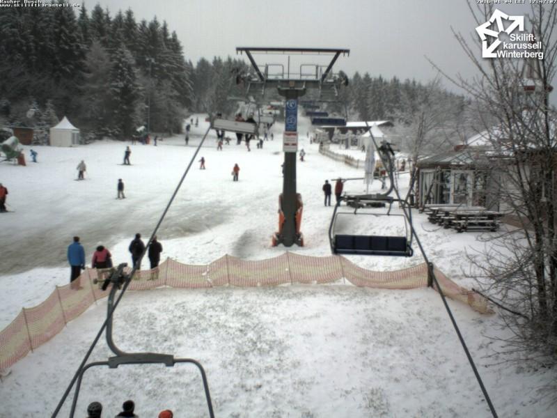 Eerste piste open in Winterberg dit seizoen, al was het wel op een dun laagje sneeuw. Beeld is van maandagmiddag.