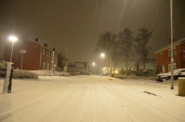 Gisteravond, vlak voordat de dooi inviel, ging het nog even flink sneeuwen in Groningen. Er viel tot zo'n 4 cm. Deze foto ontving ik via Twitter. (@112wagenborgen)