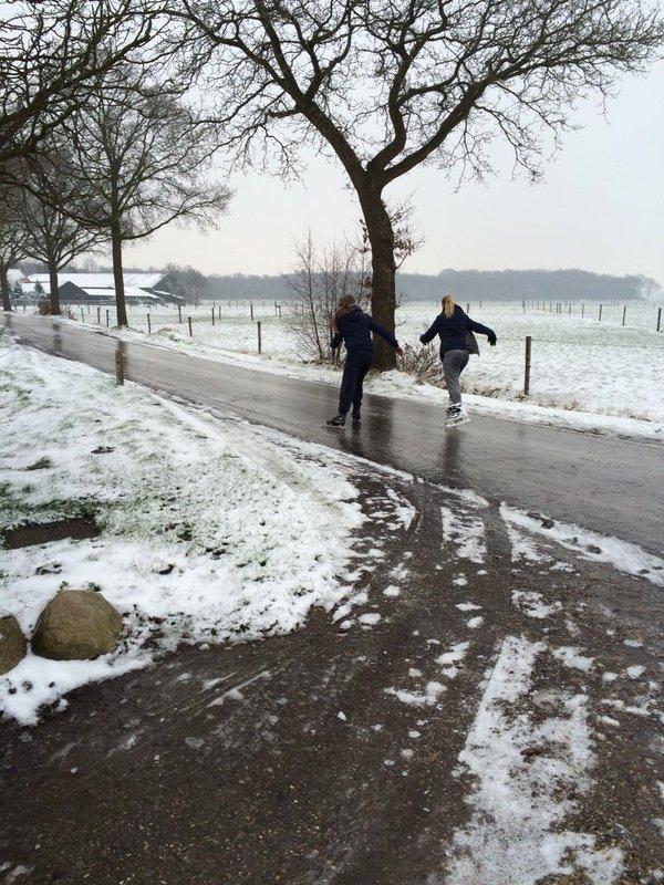 Schaatsen op de straten en wegen in het noorden van het land. Foto via Twitter: @lihiz