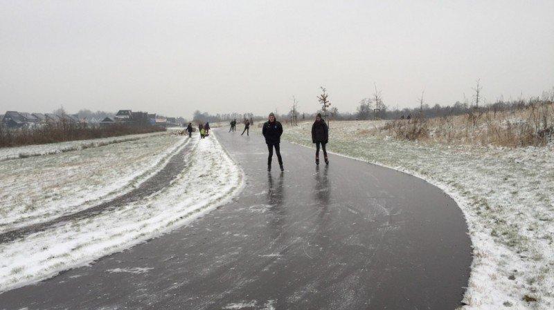 Schaatsen over de weg. Het is op veel plaatsen mogelijk geweest. Bron: RTV Noordoost.