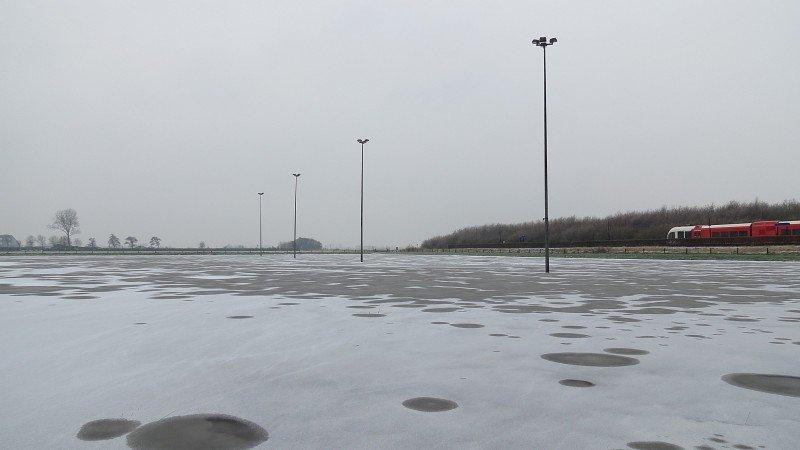 De ijsbaan van Roodeschool is bedekt met een laag ijs. Foto: Jannes Wiersema.