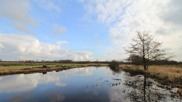 Wolken, maar ook zonneschijn in Friesland. Deze foto is van Martin Vye.