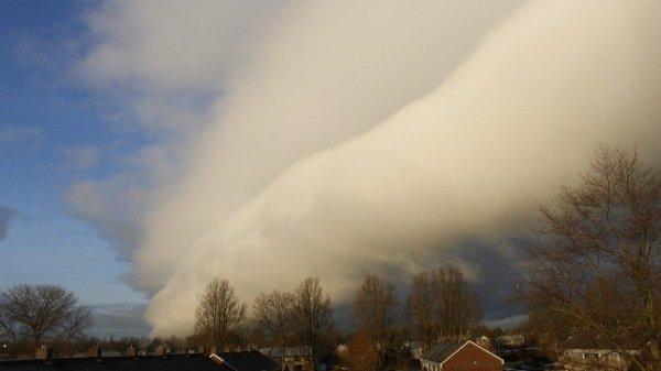 prachtige foto van een rolwolk (Cumulonimbus arcus) boven Friesland gisterochtend. Foto is van Gerrit-Jan Leunk