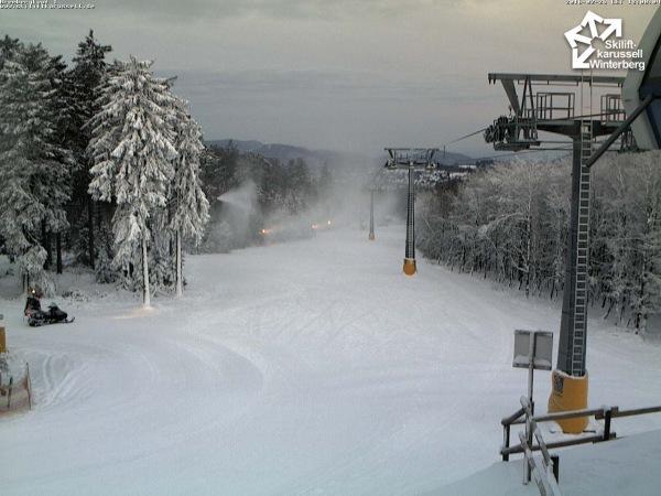 Webcambeeld van vanavond in Winterberg. De sneeuwkanonnen draaien volop met temperaturen onder het vriespunt. Bron: Skiliftkarussell.