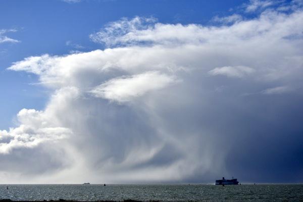 Enorme ijskappen met hagel en natte sneeuw bij Terschelling en Vlieland. Foto is van Sytse Schoustra.