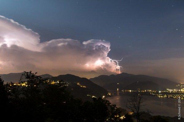 Dreigende luchten boven Lugano op 6 augustus 2014. Via Raphael Schmid.