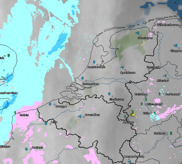 Radar- en satellietbeeld van vanochtend 7:00 uur. Het is al bewolkt en her en der valt wat lichte neerslag. Bron: WetterOnline.de