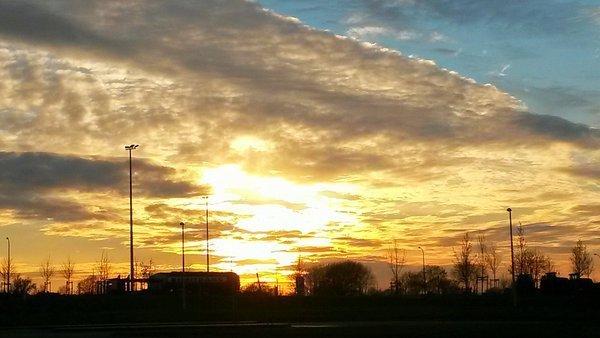Ook in België ging de zon zeer fraai onder. Deze foto is gemaakt in Luik door Markus Köss.