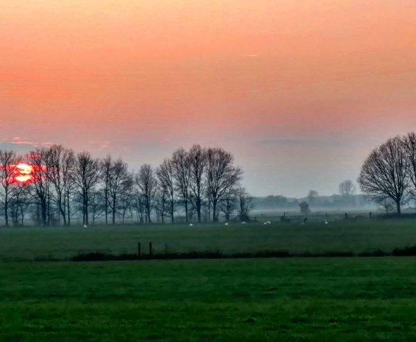 De zon ging gisteren weer fraai onder. Foto is van Dennis de Bruin.