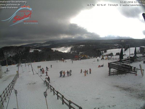 Een laagje sneeuw maakt het mogelijk dat op onder andere de Neuastenberg geskied kan worden. Bron: Postwiese.de.