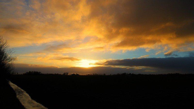 De zonsondergang was gisteren weer fraai. Deze foto is van Jannes Wiersema.
