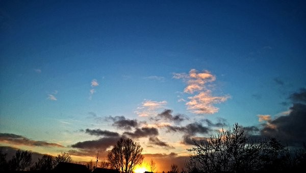 Via Twitter nog heel wat mooie zonsondergangen gezien. Deze is van @SevereWeather_N