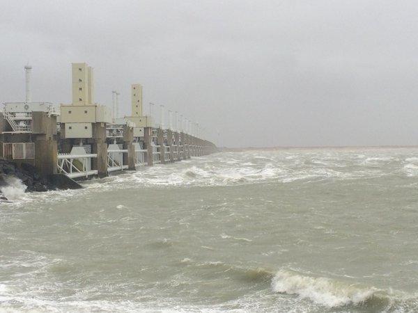 Stormweer bij de Oosterscheldekering. Foto via Twitter van @Eckardboot