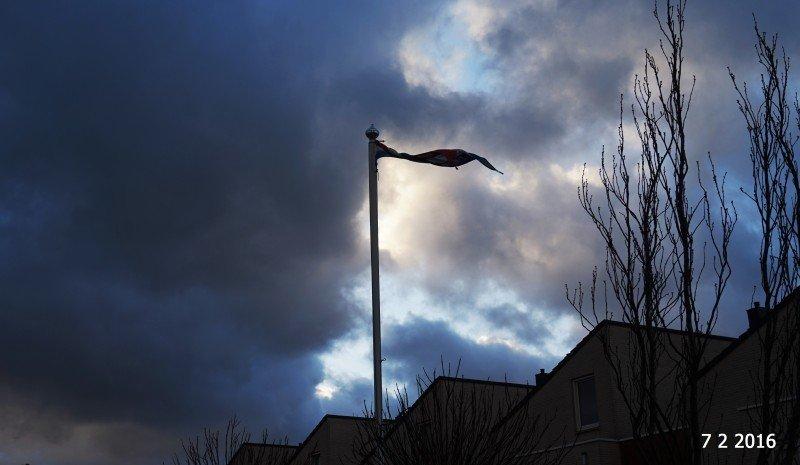 alles zichtbaar in één foto. Wolken, opklaringen en veel wind. Foto maakte ikzelf.
