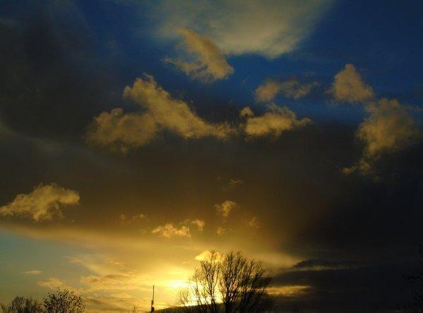 Een prachtige foto van de zonsondergang gisteren. Foto via Twitter van @Severeweather_N