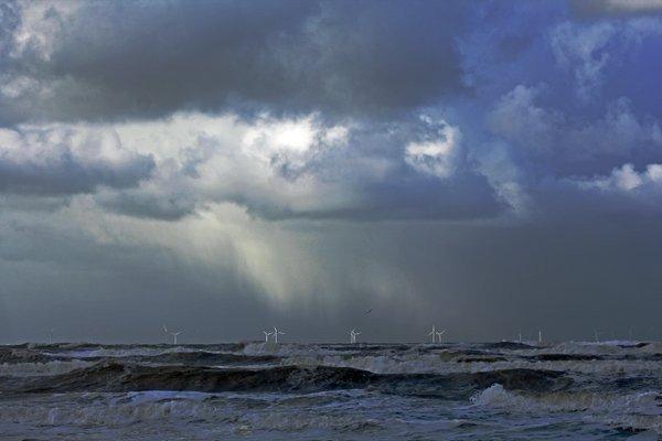 Deze prachtige buienfoto icm met veel wind is nog van afgelopen woensdag en gemaakt door Sjef Kenniphaas. De komende dagen blijft dit zo'n beetje het weerbeeld..