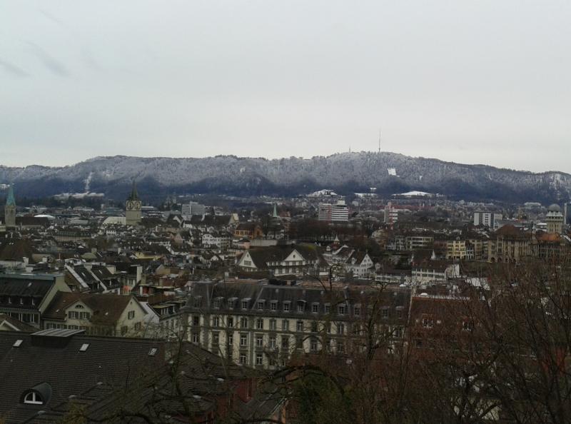 In Zürich was de sneeuwvalgrens prachtig te zien. Foto genomen met uitzicht op de Uetilberg.