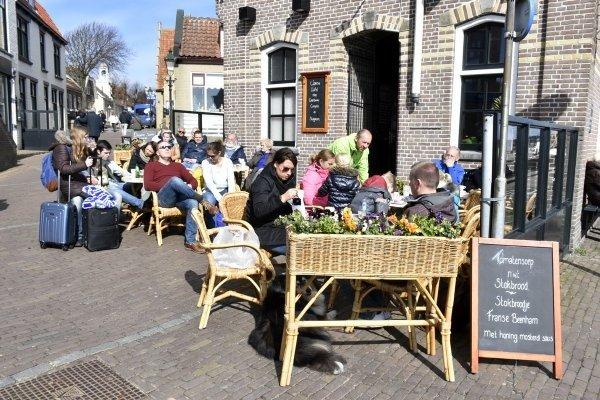 Op een zonnig Terschelling zaten de terrasjes vol. Uit de wind en in de zon is het al heerlijk toeven. Foto is van Sytse Schoustra.