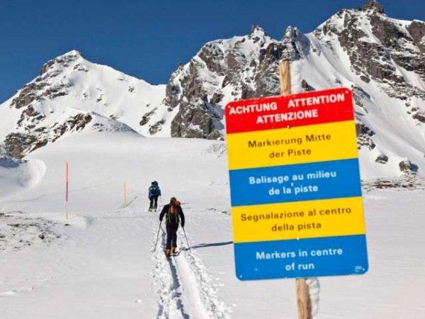 Gefaehrlich-Skitourengaenger-verlassen-die-gesicherte-Piste-Archiv-