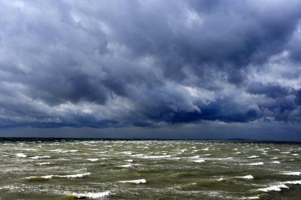 Ook op Terschelling veel wind en enkele buien. Het levert een fraai plaatje op. Foto is van Sytse Schoustra.