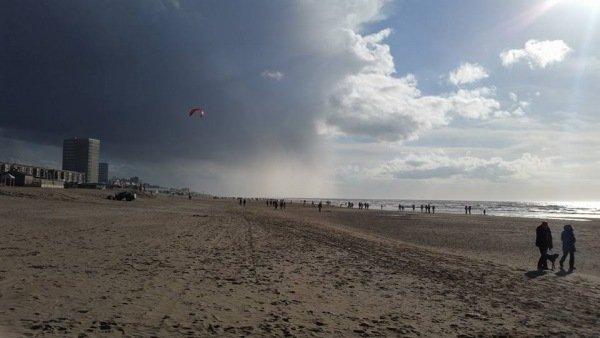 André Willemsen maakte op het strand van Zandvoort ook een fraaie foto van een bui.