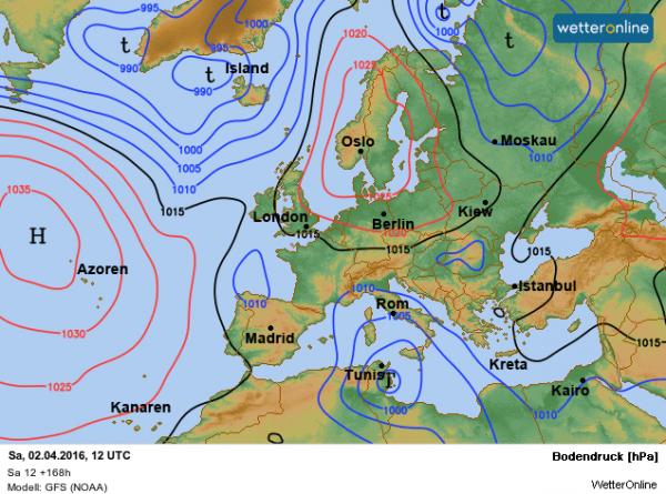 De verwachte weerkaart volgens GFS. Het hoog ligt meer boven Scandinavië en met een meer oostelijke stroming is de aangevoerde lucht minder zacht dan bij ECMWF.