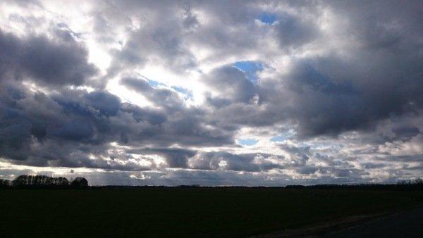 Bij Carel ten Hoor was eindelijk weer eens wat blauw zichtbaar in het Drents Friese Wold.