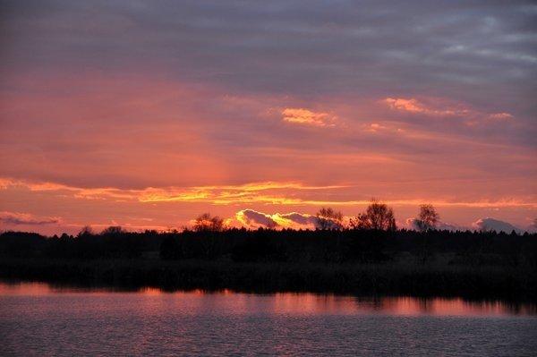 De zon ging gisteren gekleurd onder. Foto is van Ben Saanen.