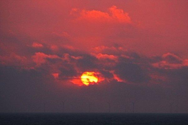 De zon was in het westen nog heel even zichtbaar en dat leverde een fraaie zonsondergang op. Foto is van Sjef Kenniphaas.