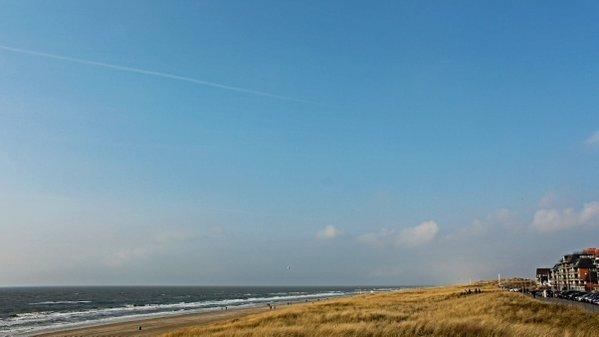 Het was gisteren overwegend grijs en bewolkt, maar aan zee klaarde het gistermiddag even op. Het blauw werd mooi vastgelegd door Sjef Kenniphaas.