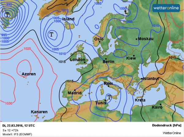 De weerkaart voor dinsdag. Het hoog is teruggetrokken naar de Azoren, maar zorgt bij ons nog steeds voor een noordwestelijke stroming.