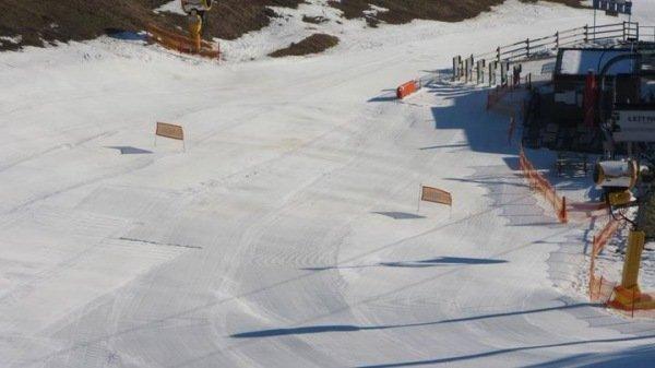 Of er nu sneeuw gaat vallen of niet, de pistes lagen er vandaag nog goed wit bij. @SkiliftWTB.