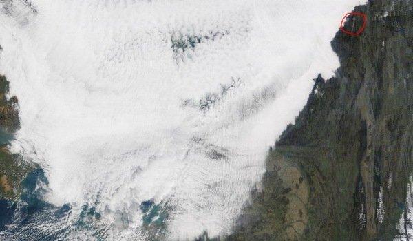 Vandaag was de band met bewolking goed te zien en deze stopte ongeveer ter hoogte van het Sauerland en de Ardennen. Voor het scherpe oog is ook te zien dat de hoeveelheden sneeuw ook alweer minder zijn dan donderdag. Bron: NASA.
