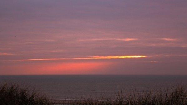 In Egmond was toch nog een zonsondergang te zien. Foto is van Sjef Kenniphaas.