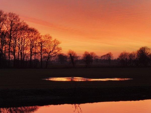 Prachtige rode zonsondergang gisteren. Foto is van Hans Scheepmaker.