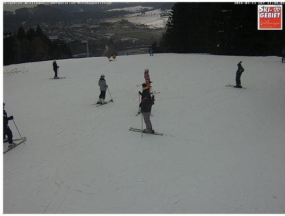 Ook in Willingen is er vandaag weinig ruimte voor de zon. Het dal wordt steeds groener, maar op de pistes ligt nog genoeg sneeuw. Bron: Willingen.de