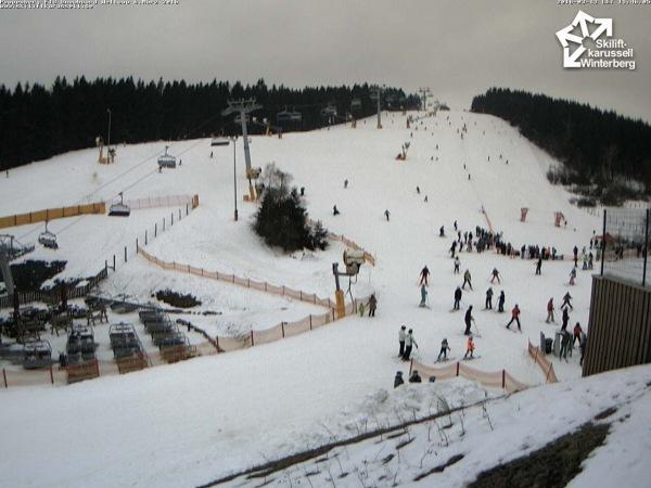 De hardnekkige laag wolken is ook goed te zien op de webcam in Winterberg. Daarnaast ligt er voor nu nog voldoende sneeuw, maar hoe lang deze laag het vol gaat houden? Bron: Skiliftkarussell.