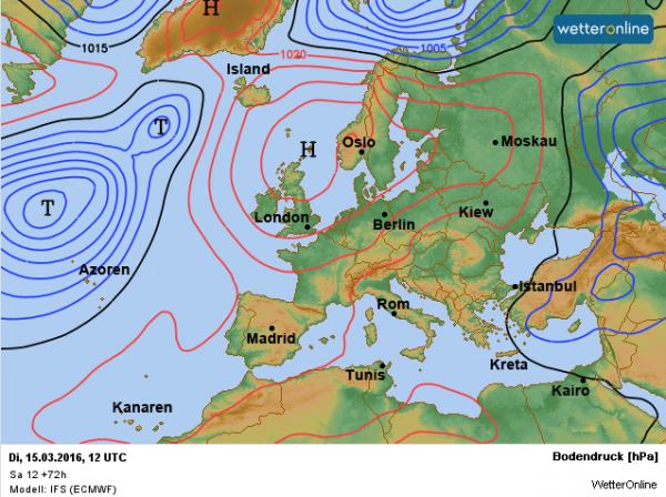 De weerkaart voor dinsdag met nog altijd het krachtige hoog wat bepalend is voor ons weer.